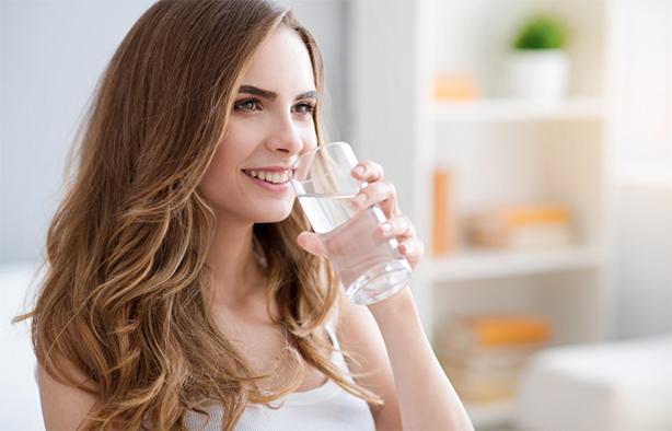 Beber agua y zumos