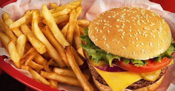 hamburguesa y patatas